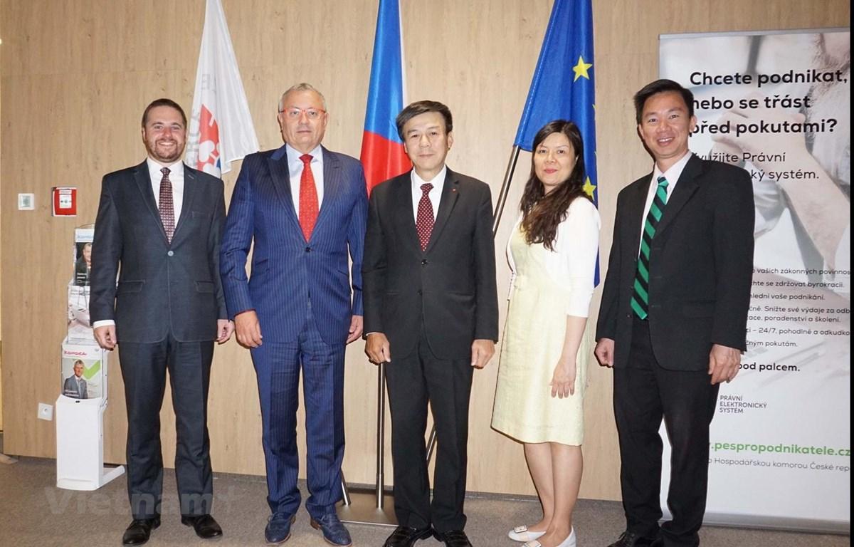 Đoàn làm việc của Phòng Thương mại Séc và Đại sứ quán Việt Nam. (Ảnh: Hồng Kỳ/Vietnam+)