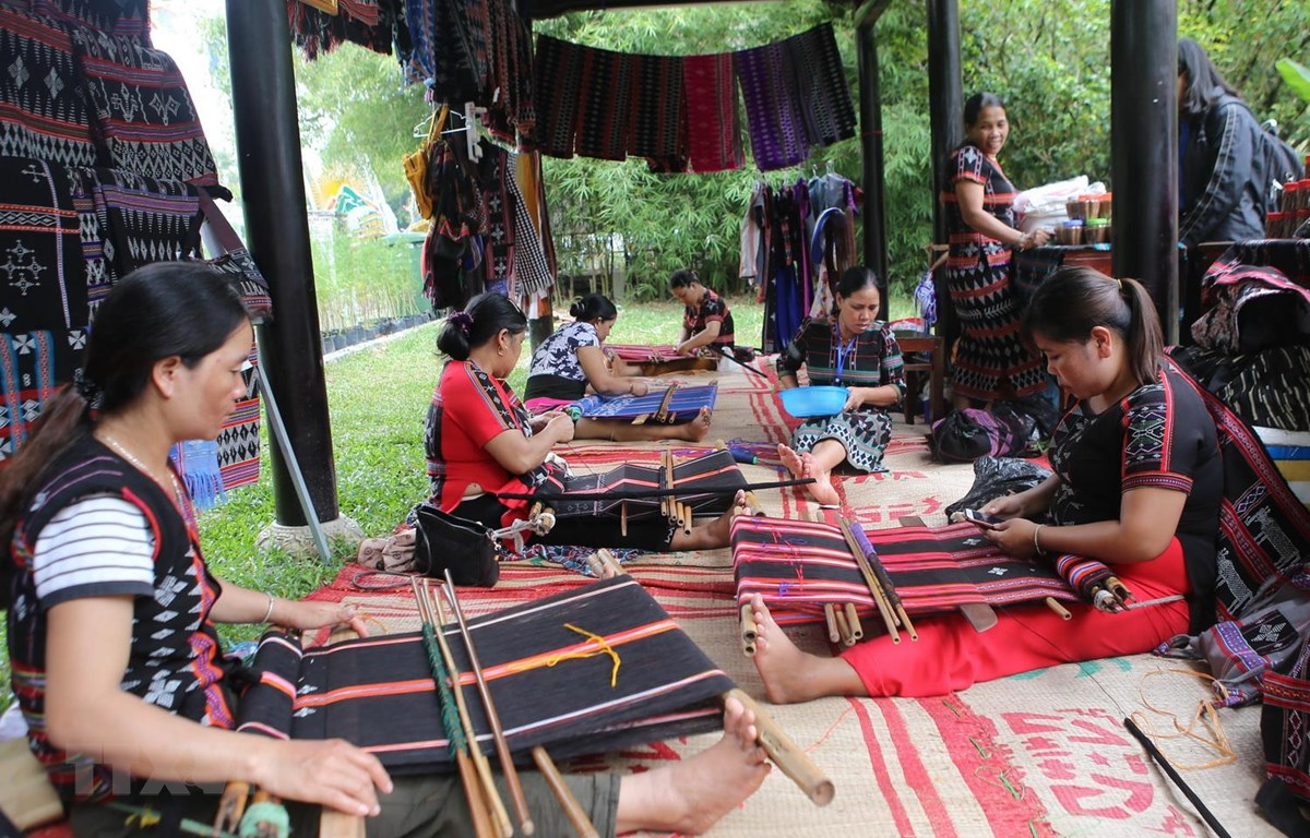 Không gian trưng bày, giới thiệu sản phẩm dệt zèng của Thừa Thiên-Huế. (Ảnh: Hồ Cầu/TTXVN)
