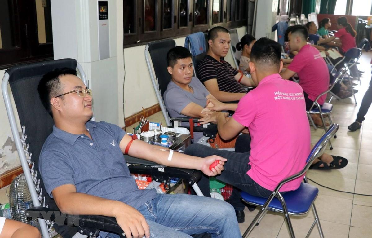 Đông đảo người dân tham gia hiến máu. (Ảnh: Nguyễn Lành/TTXVN)