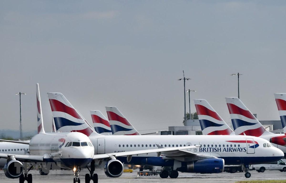 Máy bay của Hãng hàng không British Airways đỗ tại sân bay Heathrow ở London của Anh. (Ảnh: AFP/TTXVN)