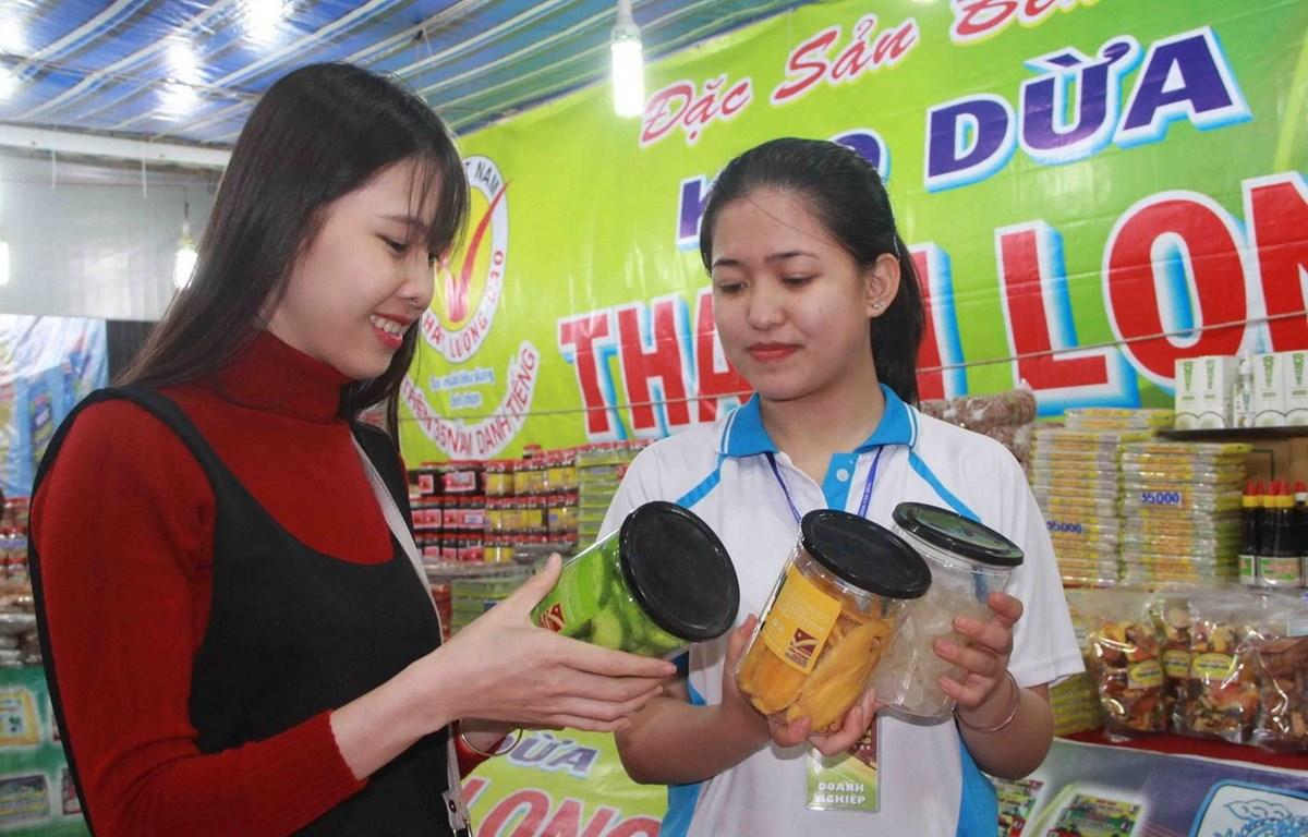 Người dân tham quan, mua sắm tại các gian hàng Việt Nam chất lượng cao. (Ảnh: Phạm Cường/TTXVN)