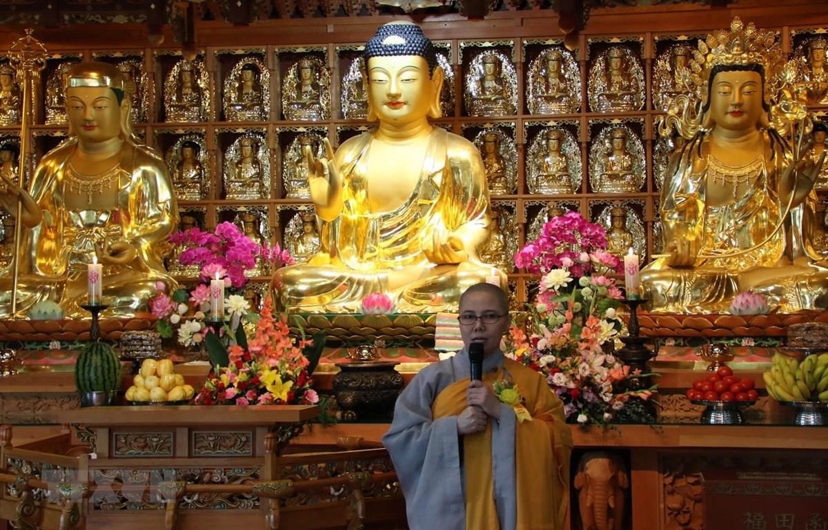 Sư cô Thích Nữ Giới Tánh, Giám đốc Trung tâm Văn hóa Phật giáo Việt Nam tại Hàn Quốc, phát biểu tại buổi lễ. (Ảnh: Mạnh Hùng/TTXVN)