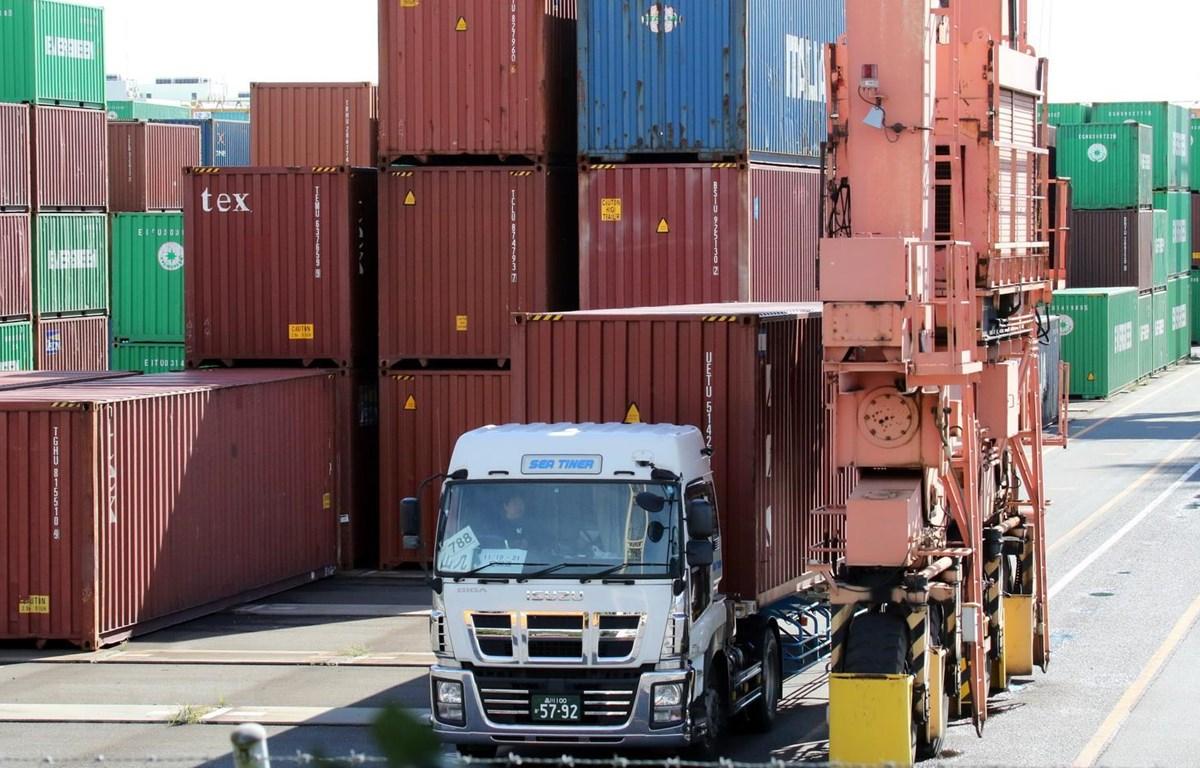 Vận chuyển hàng hóa tại cảng ở Tokyo của Nhật Bản. Ảnh: AFP/TTXVN