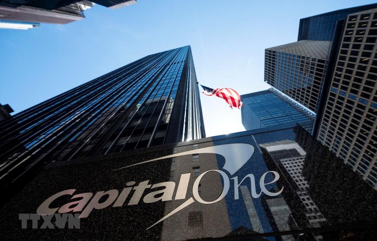 Trụ sở ngân hàng Capital One tại New York của Mỹ. (Ảnh: AFP/TTXVN)