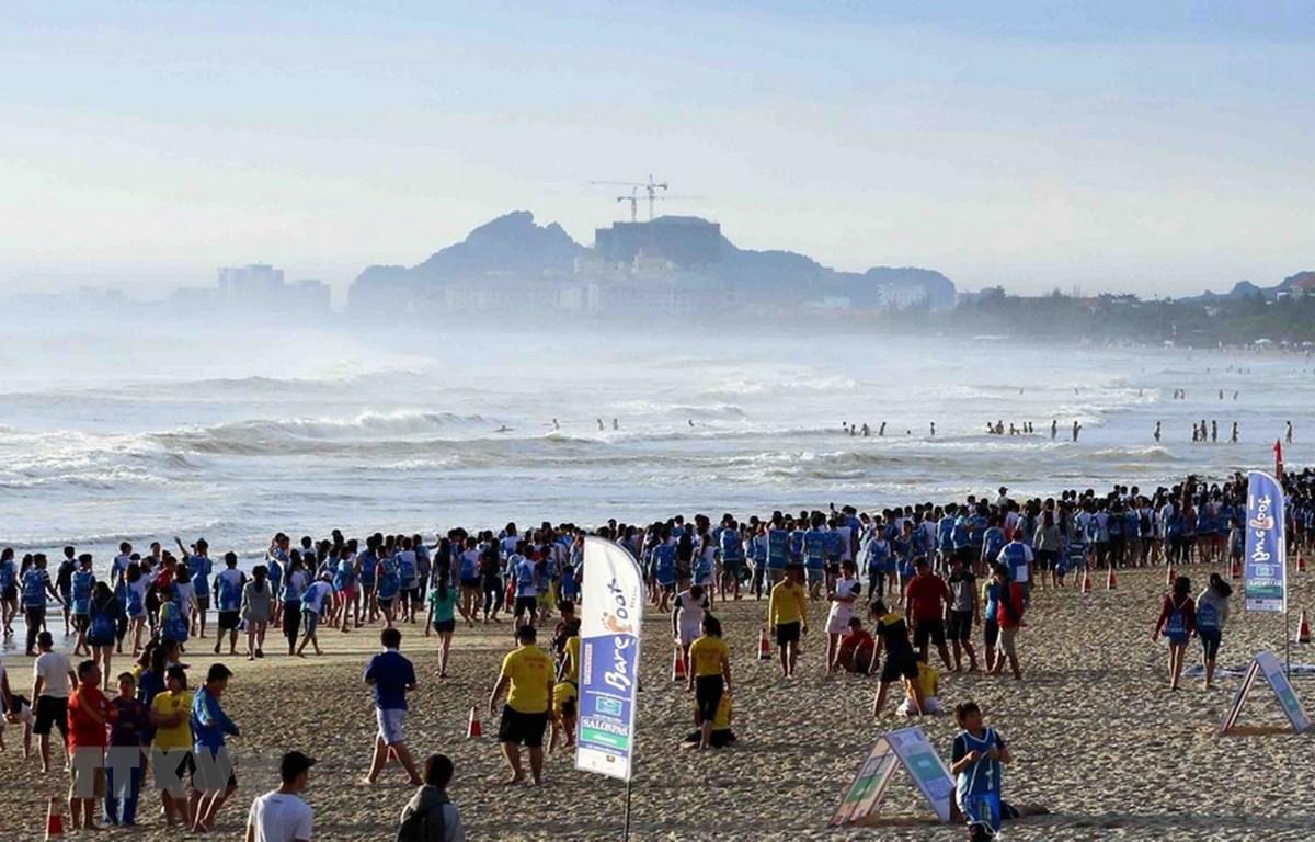 Bãi biển tại khu vực Công viên Biển Đông thành phố Đà Nẵng thu hút đông người dân và khách du lịch đến nghỉ dưỡng, tắm biển và tham gia các hoạt động văn hóa, thể thao. (Ảnh: Trần Lê Lâm/TTXVN)