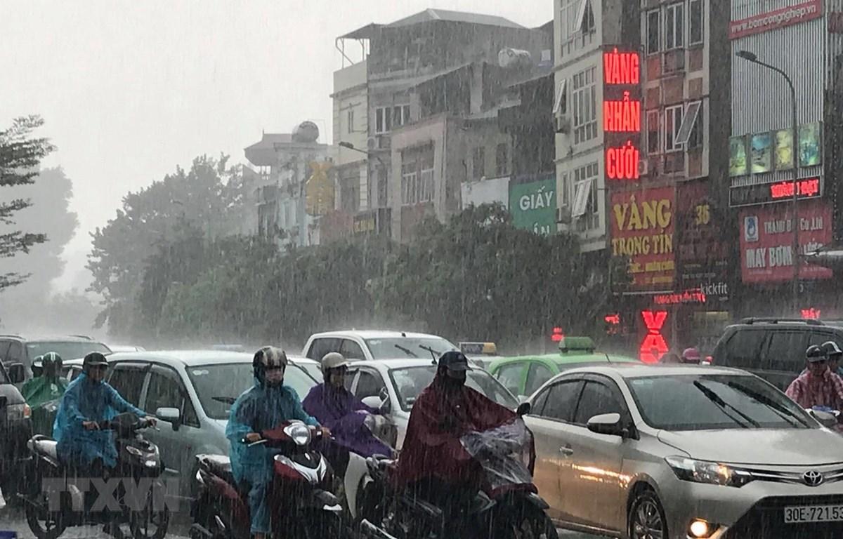 Mưa lớn làm tắc nghẽn giao thông ở Hà Nội. (Ảnh: Trọng Đạt/TTXVN)