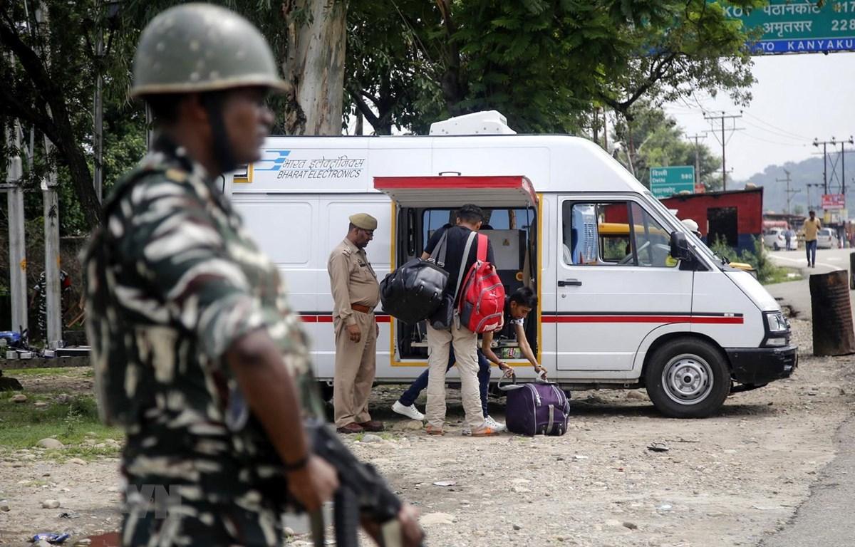 Trong ảnh: Cảnh sát gác tại khu vực Kashmir do Ấn Độ kiểm soát, ngày 3/8. Ảnh: AFP/TTXVN