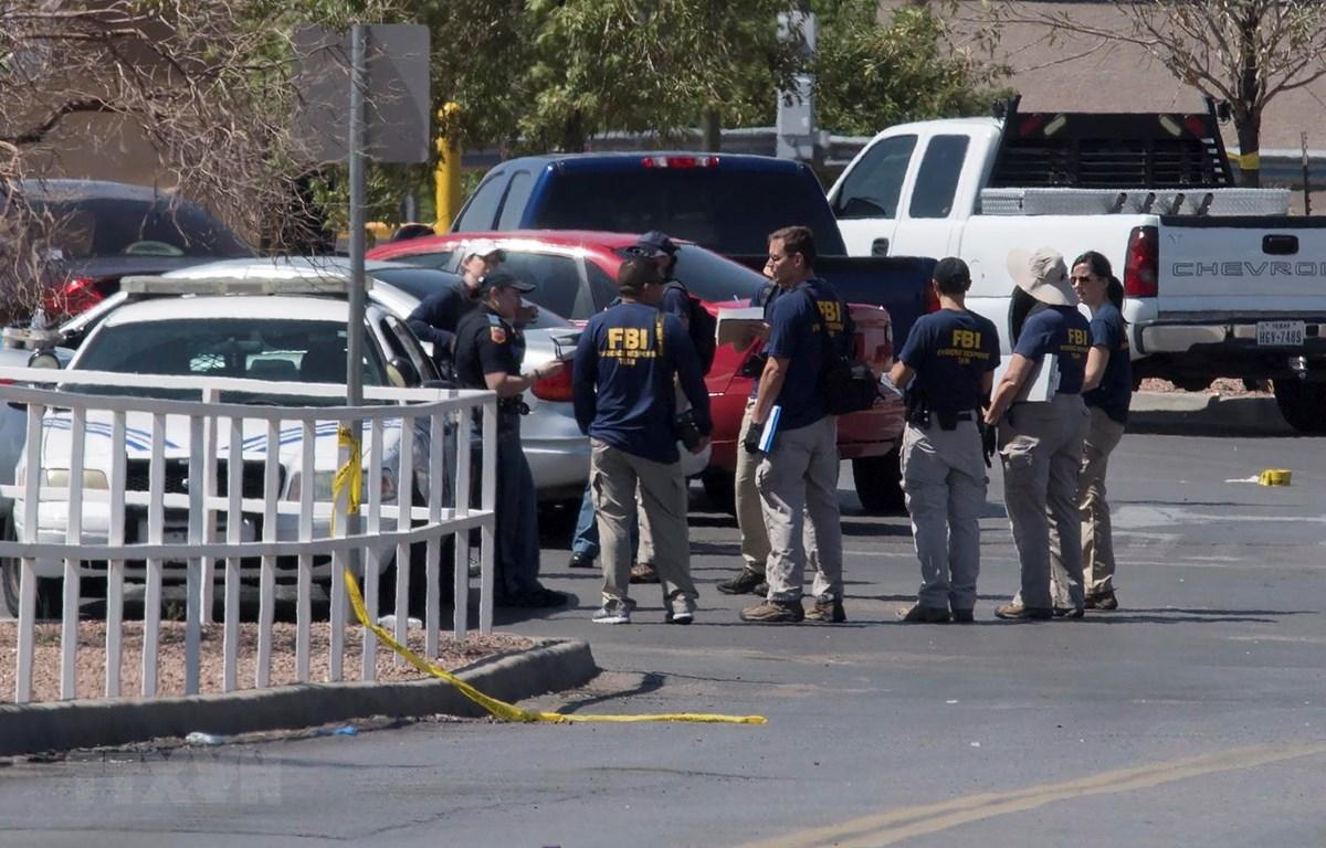 Cảnh sát điều tra tại hiện trường vụ xả súng ở El Paso, bang Texas của Mỹ, ngày 4/8 vừa qua. (Ảnh: AFP/TTXVN)