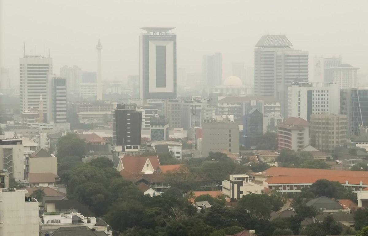Không khí ô nhiễm bao trùm thủ đô Jakarta của Indonesia. (Ảnh: AFP/TTXVN)