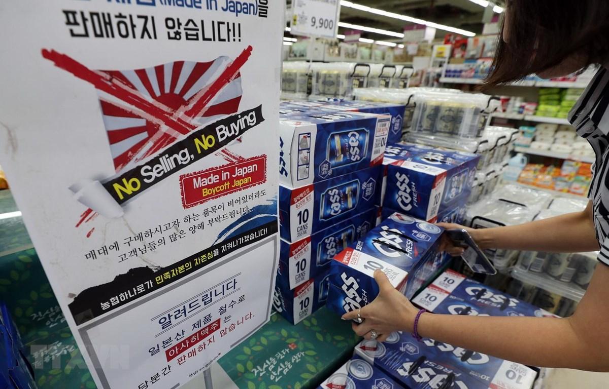 Bảng thông báo không bán, không mua các sản phẩm từ Nhật Bản tại một siêu thị ở Seoul của Hàn Quốc. (Ảnh: Yonhap/TTXVN)