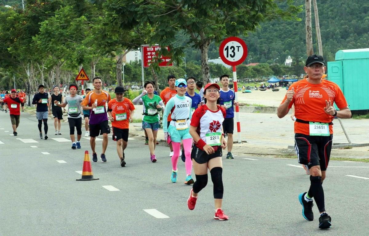 Các vận động viên tranh tài trên đường chạy Marathon Quốc tế Đà Nẵng 2019. (Ảnh: Trần Lê Lâm/TTXVN)