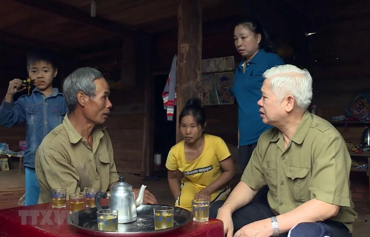 Bí thư Tỉnh ủy Bình Phước Nguyễn Văn Lợi thăm hỏi bà con bị lũ quét tại huyện Bù Đăng. (Ảnh: Dương Chí Tưởng/TTXVN)