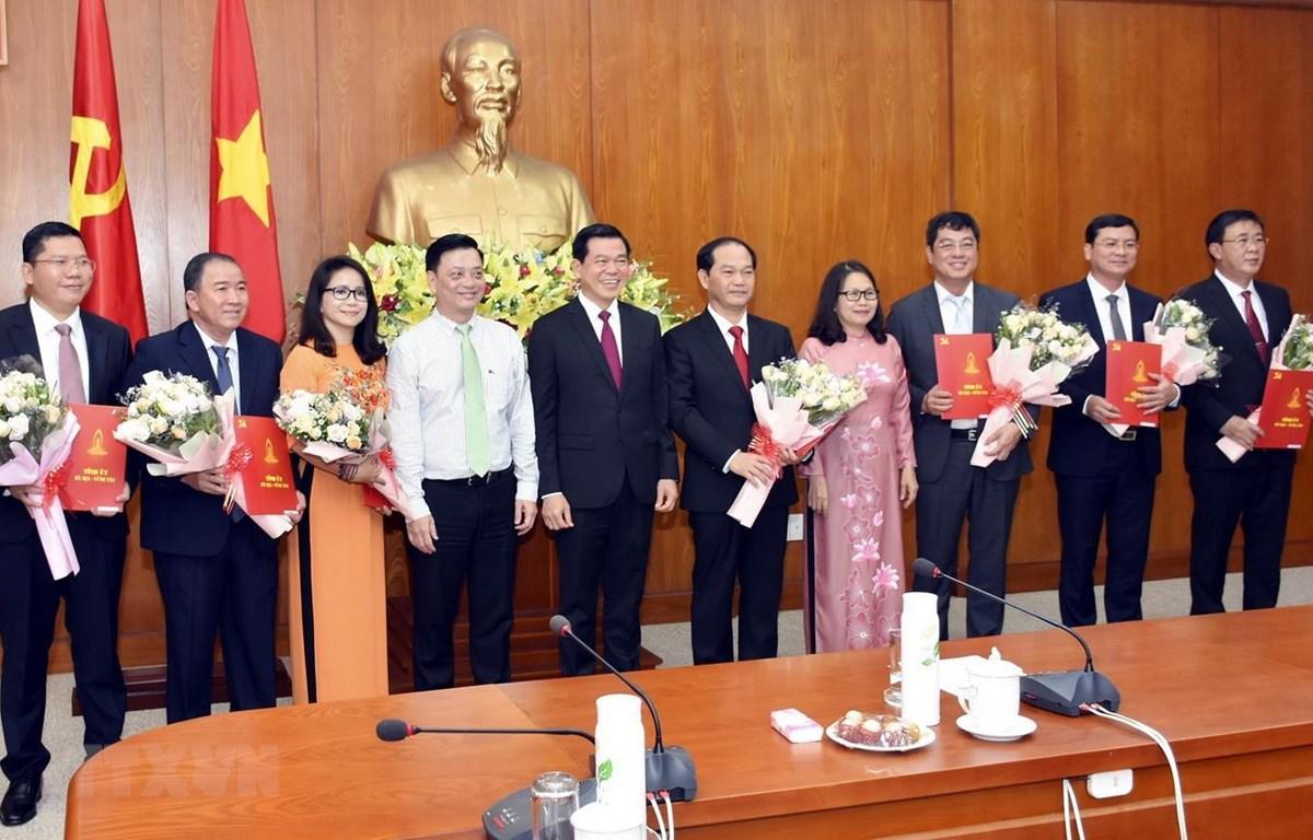 Lãnh đạo Tỉnh ủy Bà Rịa-Vũng Tàu trao Quyết định và tặng hoa các cán bộ được phân công công tác mới. (Ảnh: Ngọc Sơn/TTXVN)