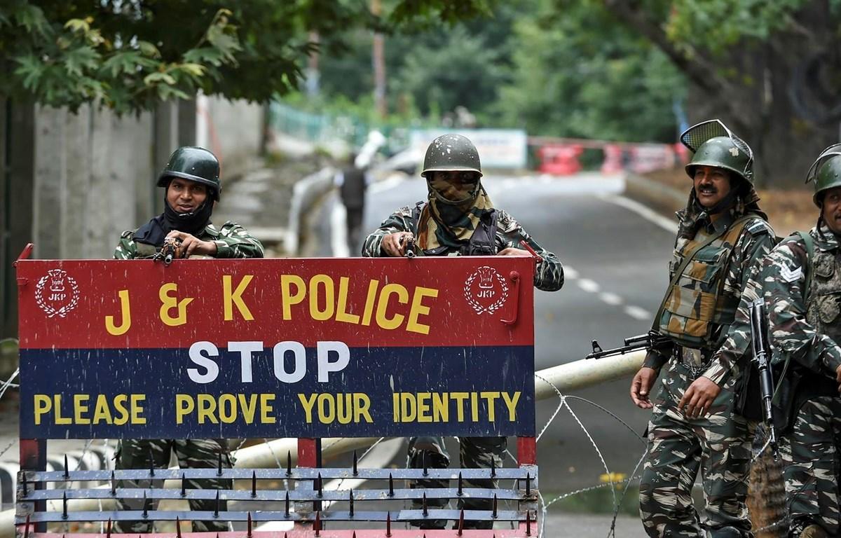 Lực lượng an ninh gác trên một đường phố ở Srinagar, bang Kashmir của Ấn Độ ngày 17/8. (Ảnh: AFP/TTXVN)