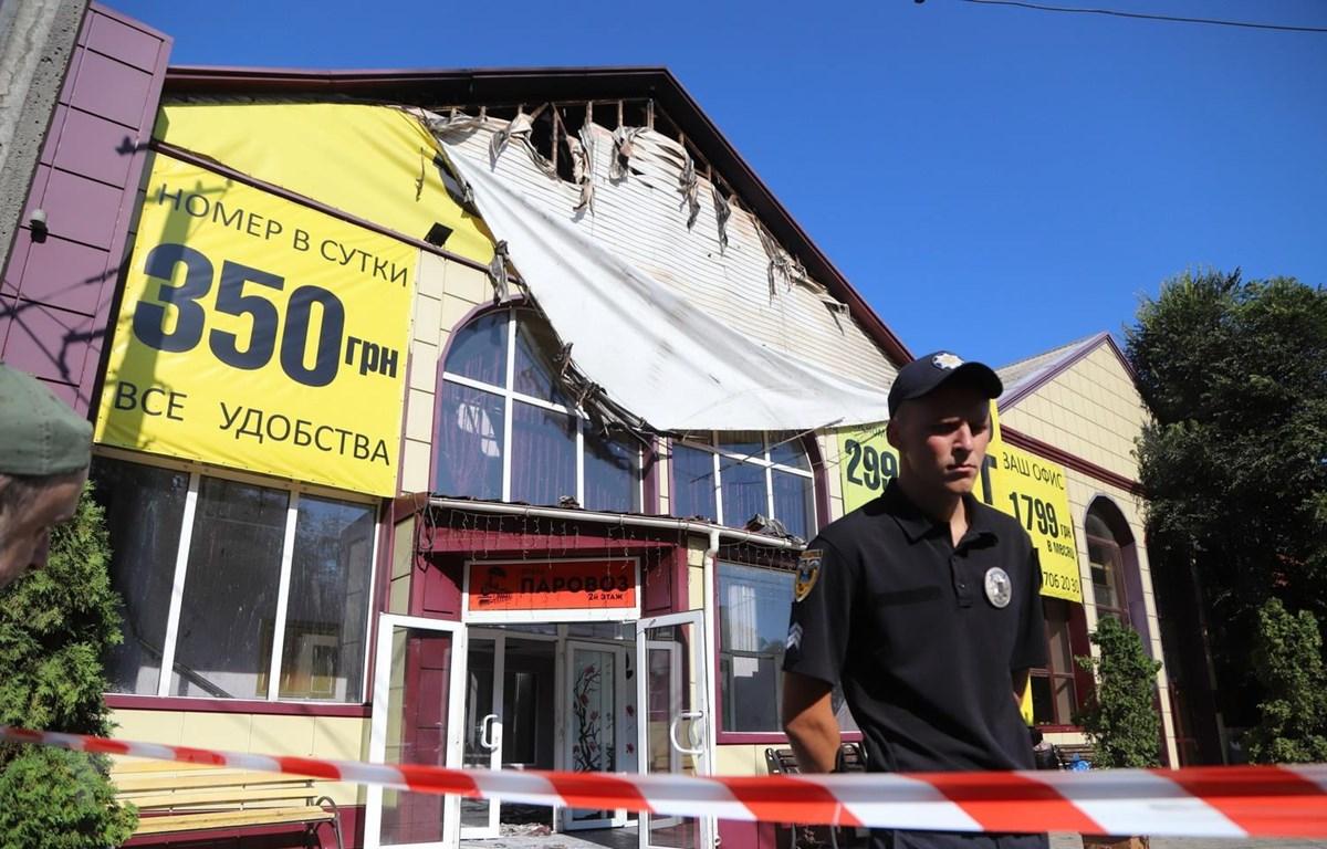 Cảnh sát gác trước khách sạn Tokyo Star ở Odessa của Ukraine sau vụ hỏa hoạn ngày 17/8. (Ảnh: AFP/TTXVN)