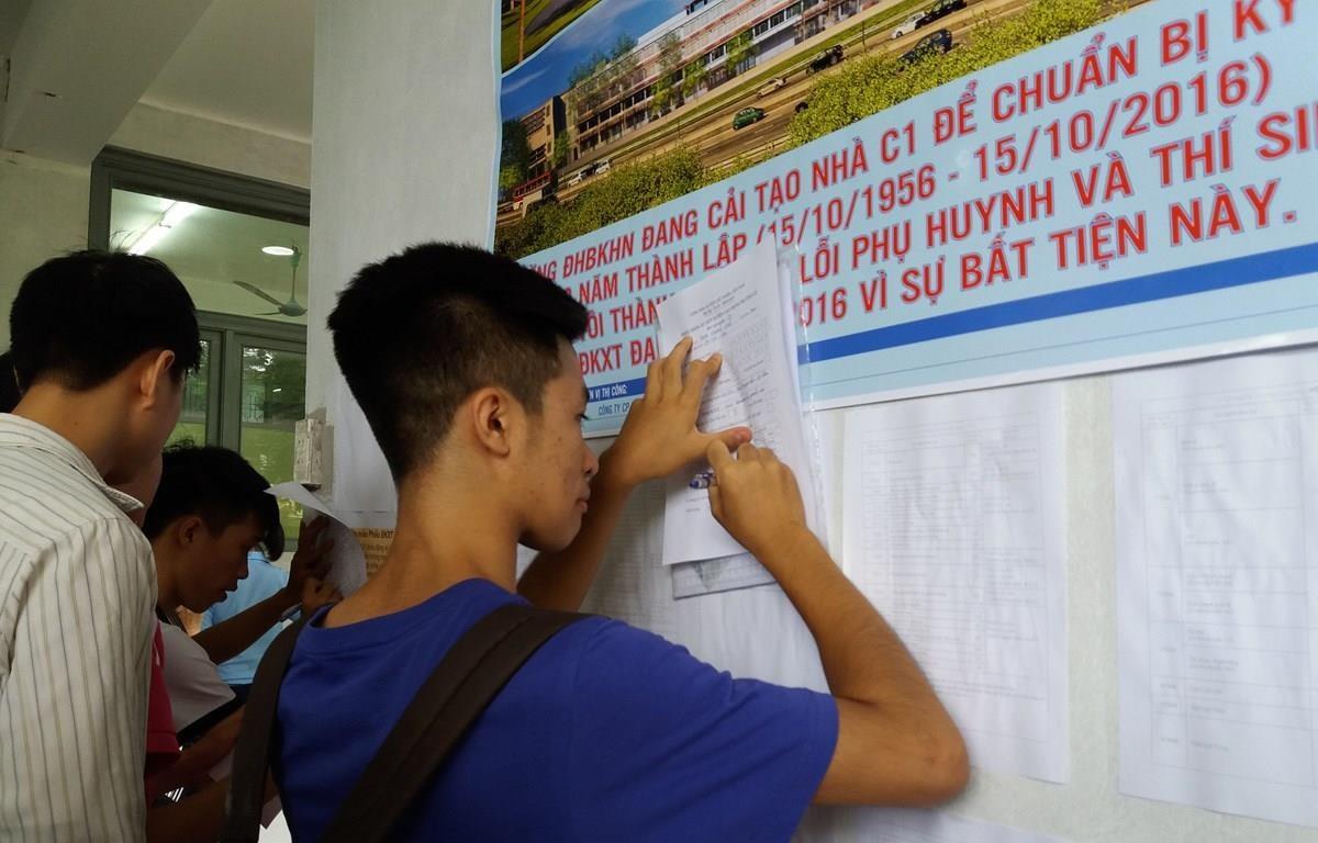 Thí sinh tìm hiểu thông tin và điền hồ sơ xét tuyển đại học. (Ảnh: Phạm Mai/Vietnam+)