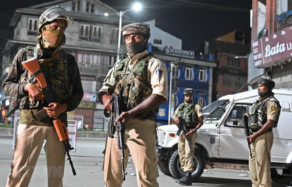 Cảnh sát gác trên các đường phố ở Srinagar của Ấn Độ. (Ảnh: AFP/TTXVN)