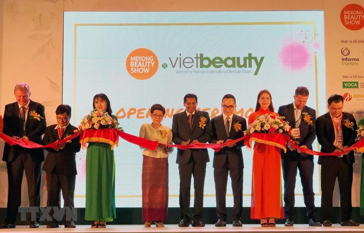Đại diện Ban tổ chức cắt băng khai mạc Triển lãm làm đẹp Mekong Beauty và Vietbeauty 2019. (Ảnh: Mỹ Phương/TTXVN)