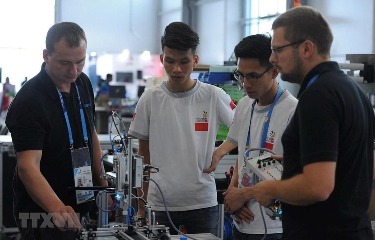 Các thí sinh Việt Nam làm quen với thiết bị tại cuộc thi. (Ảnh: Dương Trí/TTXVN)