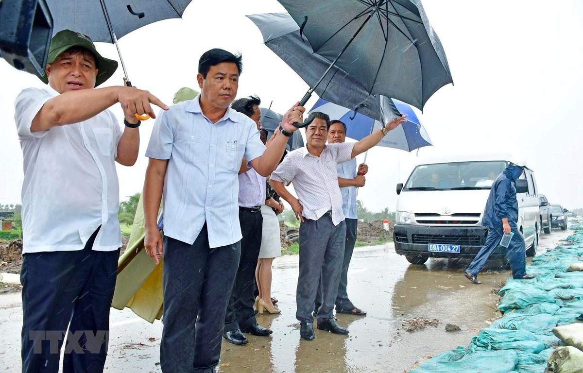 Bộ trưởng Bộ Kế hoạch và Đầu tư Nguyễn Chí Dũng (bên trái) kiểm tra tình hình sạt lở bờ biển Tây, tỉnh Cà Mau. (Ảnh: Thế Anh/TTXVN)