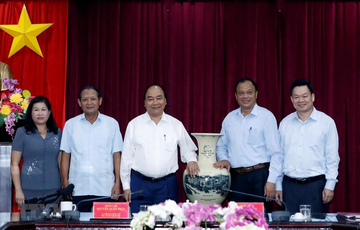 Thủ tướng Nguyễn Xuân Phúc tặng quà lưu niệm cho tỉnh Bắc Kạn. (Ảnh: Thống Nhất/TTXVN)