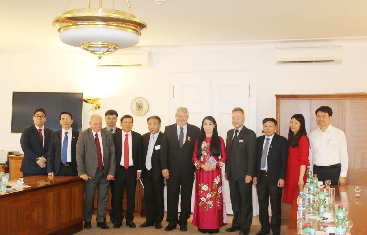 Phó Chủ tịch thứ nhất Hạ viện Séc Vojtech Filip tiếp đoàn. (Ảnh: Hồng Kỳ-Trần Hiếu/Vietnam+)