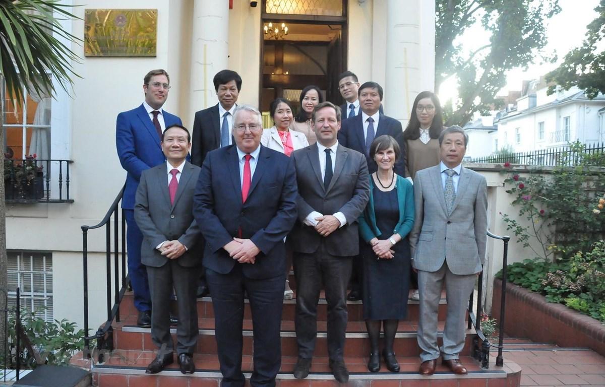 Đoàn công tác của Ban Kinh tế Trung ương Đảng chụp ảnh lưu niệm với Đặc phái viên của Thủ tướng Anh phụ trách quan hệ thương mại với Việt Nam Nghị sỹ Edward Vaizey, Phó Chủ tịch Hội đồng Khoa học Thượng viện Anh Stephen Benn và giáo sư Margaret Stevens s