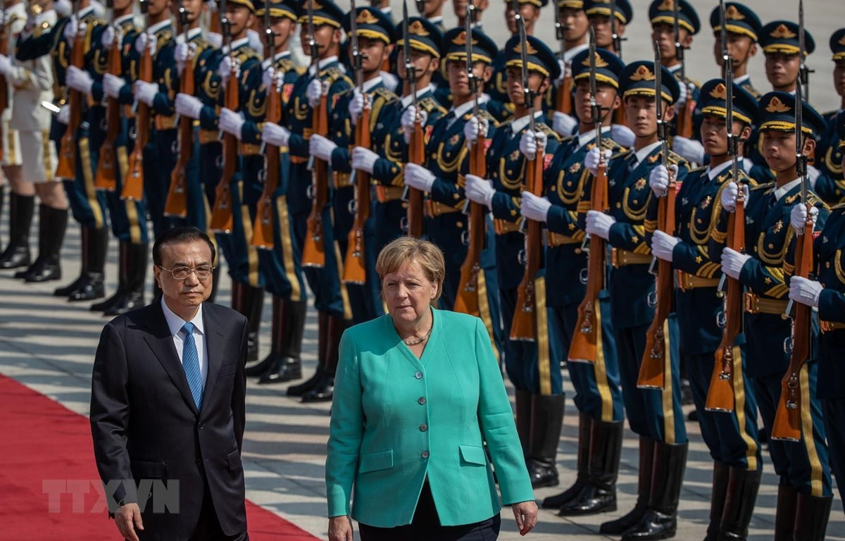 Thủ tướng Trung Quốc Lý Khắc Cường (trái) tại lễ đón người đồng cấp Đức Angela Merkel (phải) ở Bắc Kinh ngày 6/9. (Ảnh: AFP/TTXVN)