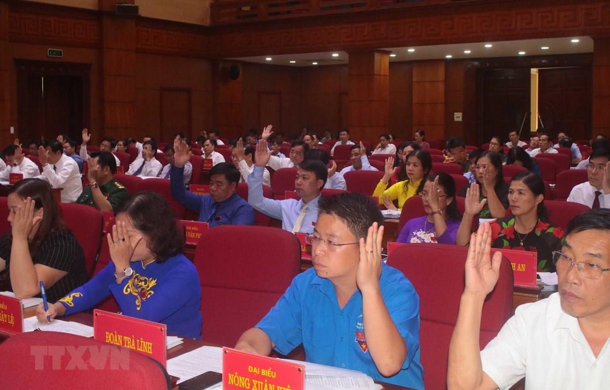 Các đại biểu HĐND tỉnh Cao Bằng biểu quyết thông qua các nghị quyết. (Ảnh: Chu Hiệu/TTXVN)