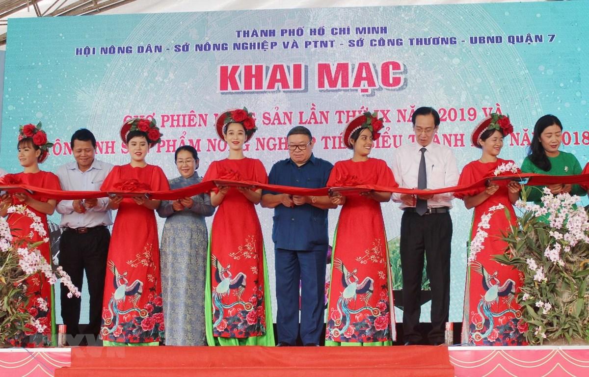 Cắt băng khai mạc Chợ phiên nông sản thành phố Hồ Chí Minh năm 2019. (Ảnh: Xuân Anh/TTXVN)