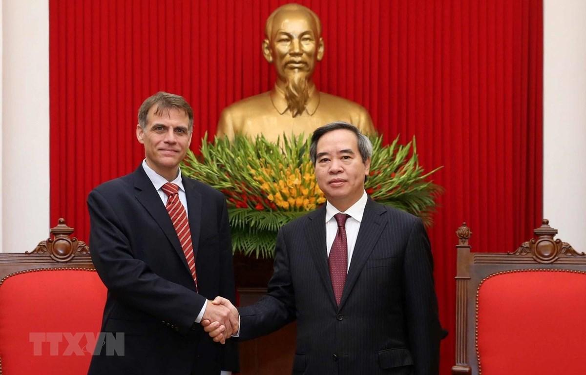 Trưởng ban Kinh tế Trung ương Nguyễn Văn Bình tiếp Phó Trợ lý Bộ trưởng Tài chính Hoa Kỳ Robert Kaproth. (Ảnh: Phương Hoa/TTXVN)
