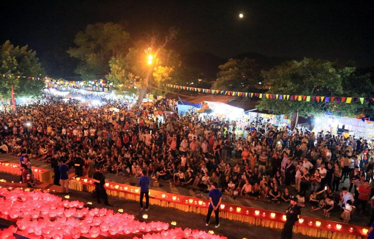 Hàng nghìn người dân và du khách thập phương về dự lễ cầu an và hội hoa đăng. (Ảnh: Mạnh Tú/TTXVN)