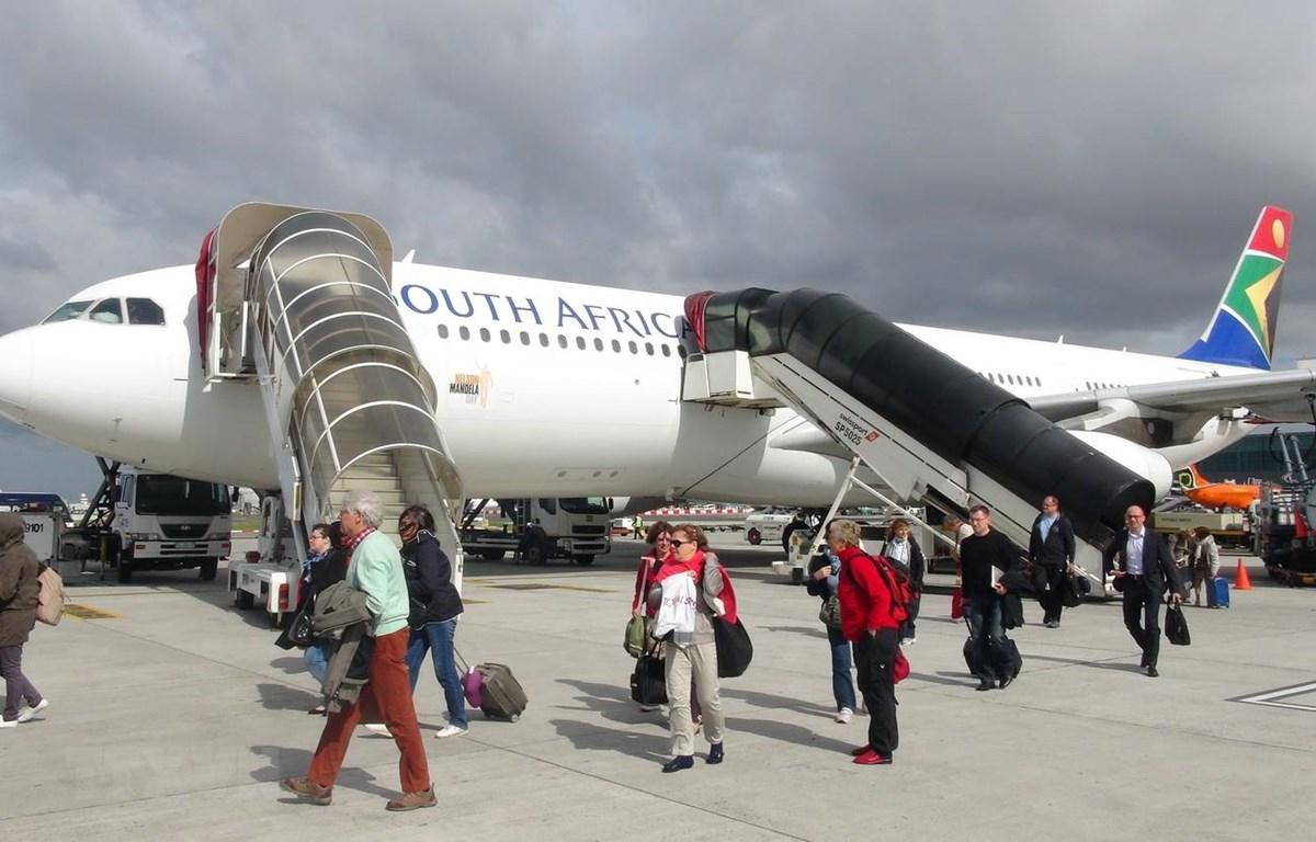 Hành khách xuống máy bay tại sân bay Cape Town của Nam Phi. (Ảnh: Phi Hùng/TTXVN)