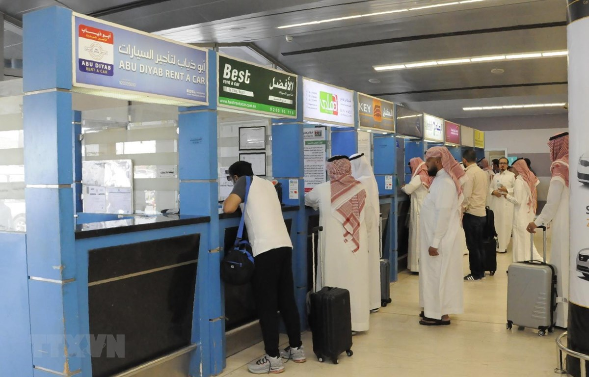 Hành khách làm thủ tục tại sân bay Abha của Saudi Arabia. (Ảnh: AFP/TTXVN)