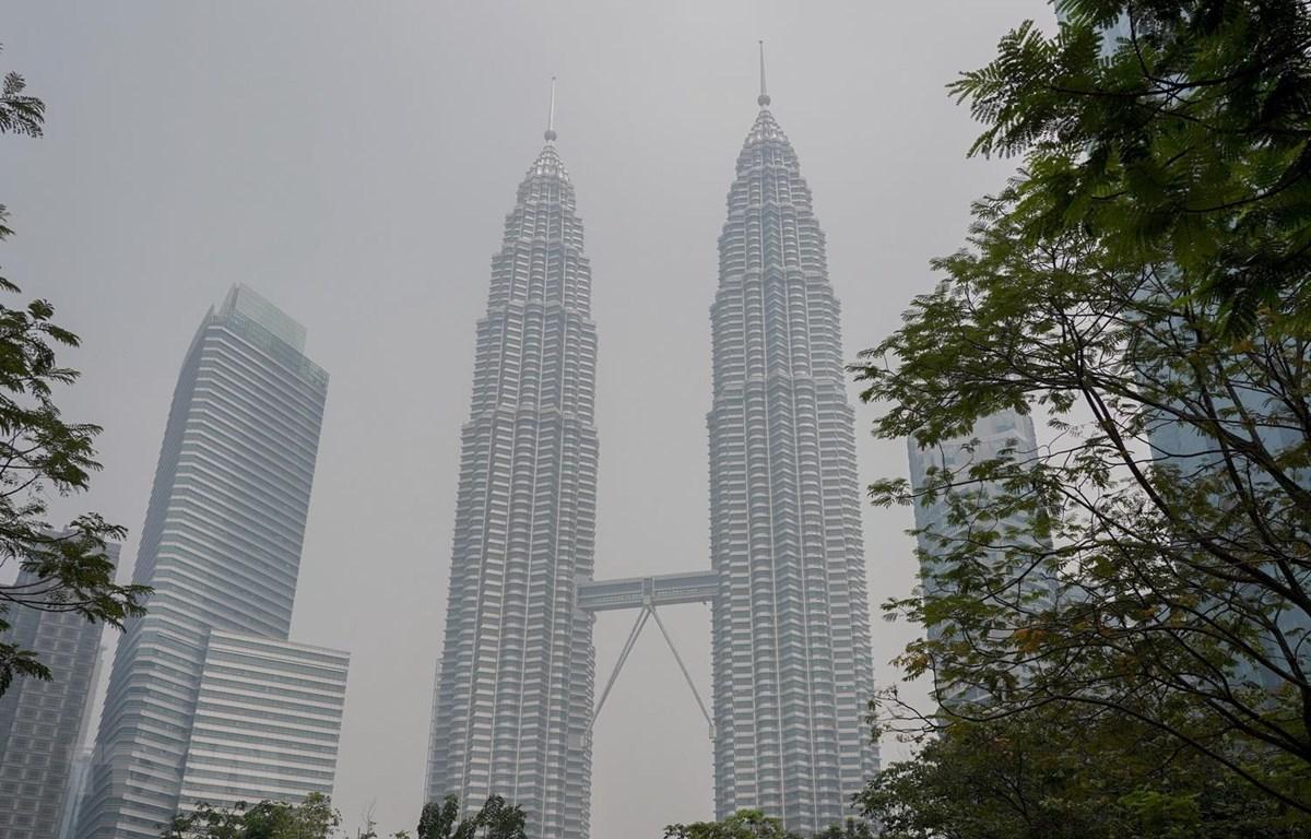 """Tòa tháp đôi Petronas tại thủ đô Kuala Lumpur của Malaysia, bị bao phủ trong """"màn sương trắng"""" khói bụi ngày 10/9 vừa qua. (Ảnh: THX/TTXVN)"""