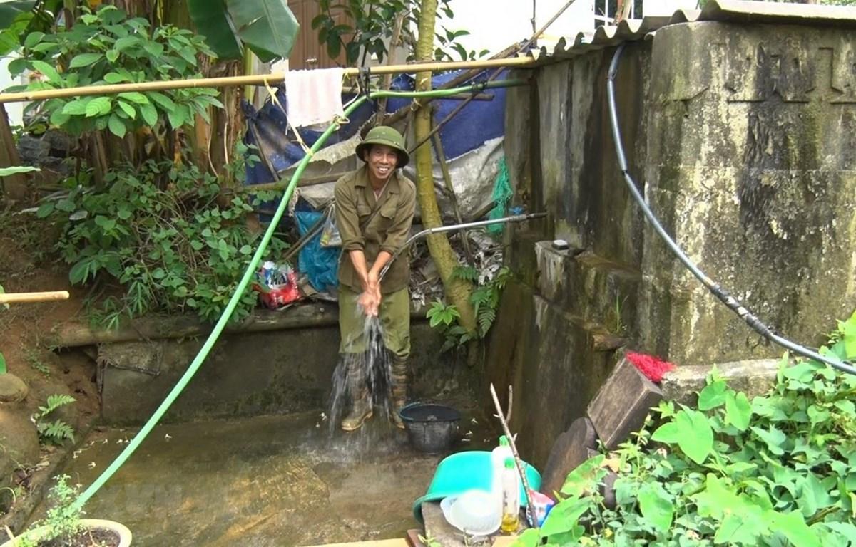Người dân tự đầu tư mua ống dẫn nước từ các khe suối phục vụ nhu cầu sinh hoạt. (Ảnh: Thanh Hải/TTXVN)