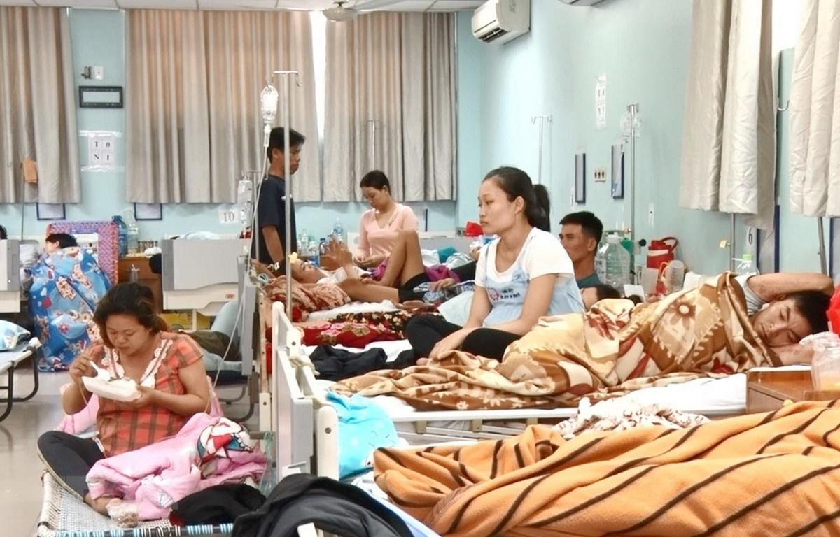 Bệnh viện quá tải nên các bệnh nhân được bố trí thêm giường trong phòng. (Ảnh: Lê Xuân/TTXVN)