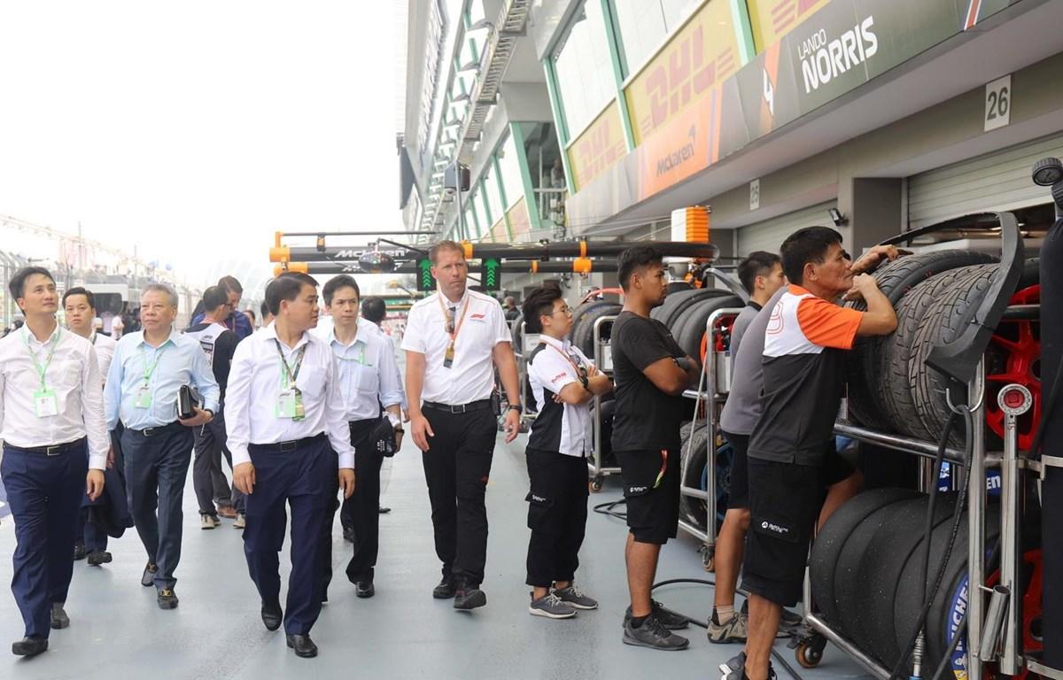 Ông Nguyễn Đức Chung và Đoàn đại biểu UBND thành phố Hà Nội khảo sát công tác chuẩn bị tại Trường đua F1 của Singapore. (Ảnh: Xuân Vịnh/TTVXN)