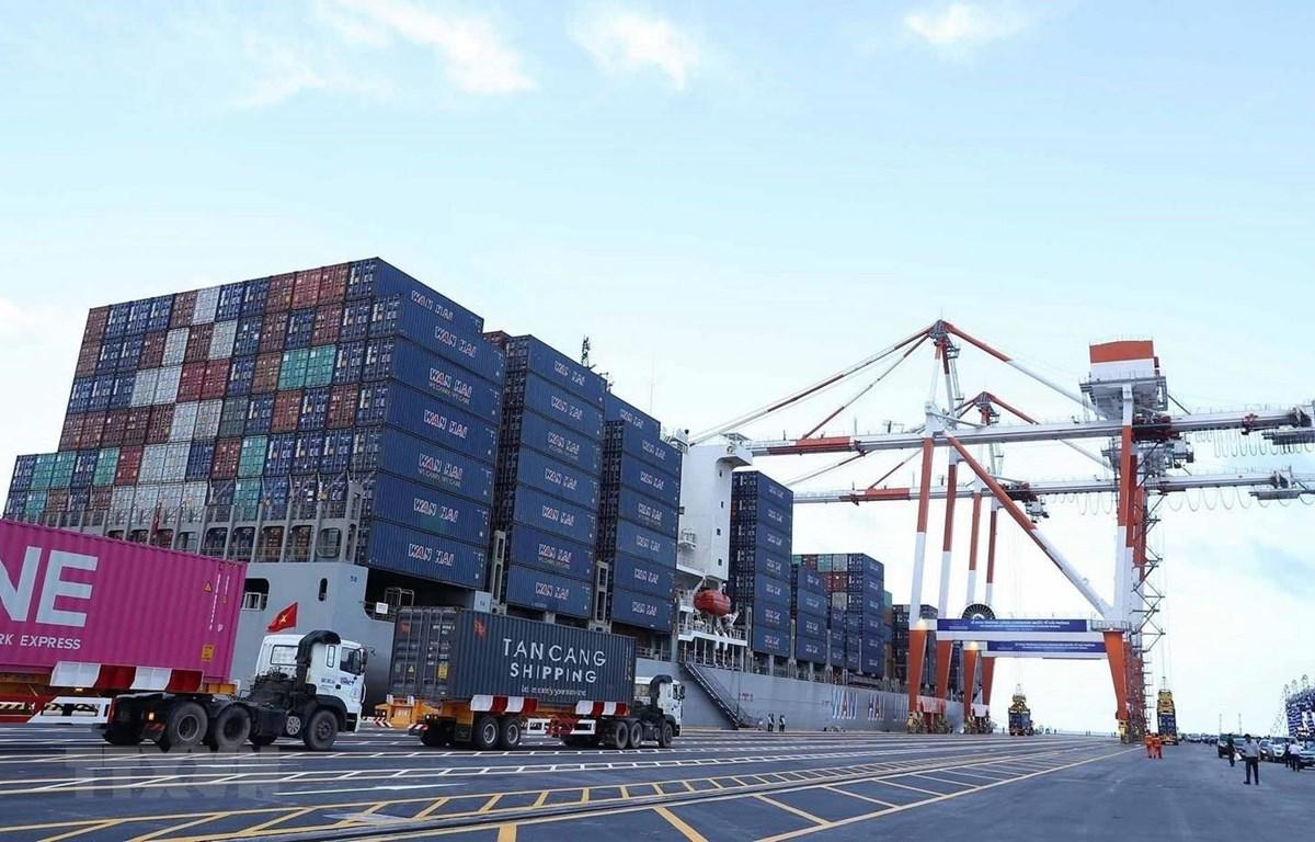 Hoạt động bốc xếp hàng hóa tại Cảng Container Quốc tế Hải Phòng. (Ảnh: TTXVN)