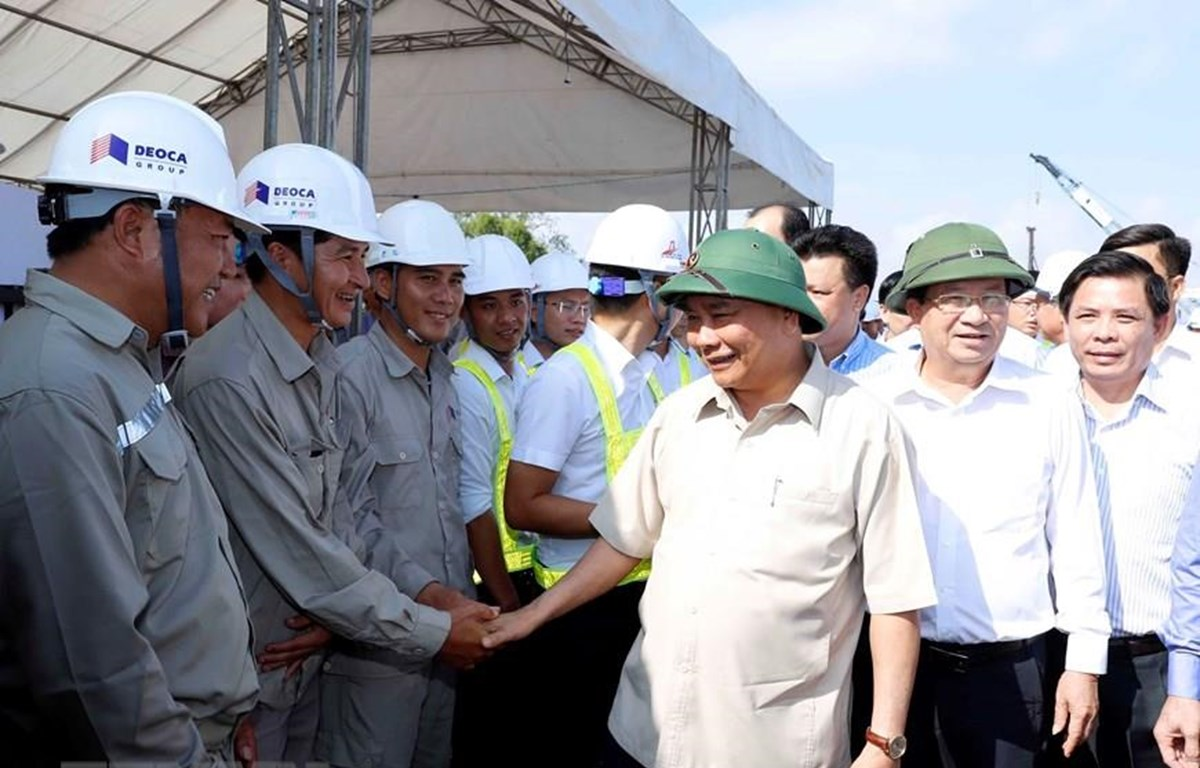 Thủ tướng Nguyễn Xuân Phúc tặng quà động viên các đơn vị và công nhân thi công. (Ảnh: Thống Nhất/TTXVN)