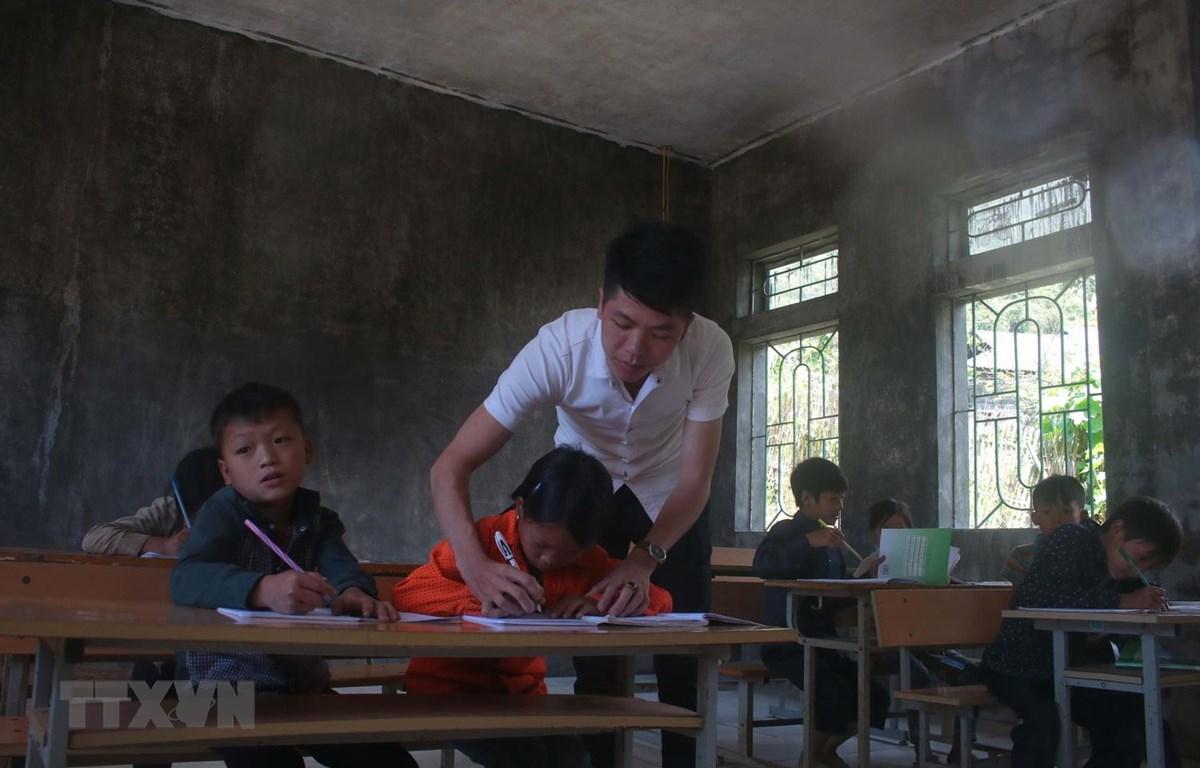 Một lớp học của thầy giáo Hoàng Văn Duy tại điểm trường Hò Lù, Trường Tiểu học xã Khánh Xuân, huyện Bảo Lạc. (Ảnh: Chu Hiệu/TTXVN)