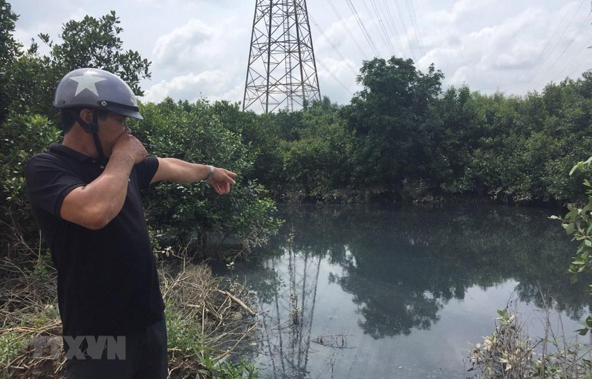 Tình trạng ô nhiễm nghiêm trọng do doanh nghiệp xả thải tại khu vực nhánh sông Vàm Hương Mỹ, khu phố Phú Hà, phường Mỹ Xuân, thị xã Phú Mỹ. (Ảnh: Hoàng Nhị/TTXVN)