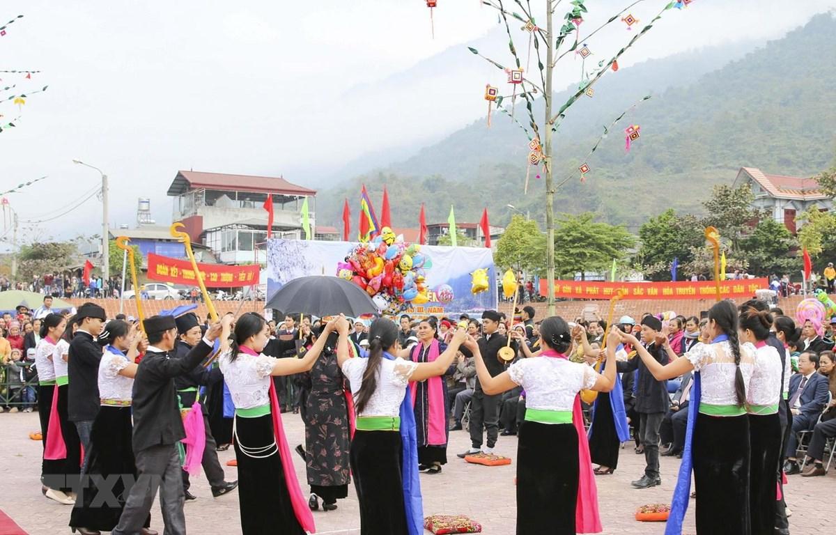 Người dân tộc Thái trắng trong bộ trang phục truyền thống thực hiện vòng xòe. (Ảnh: Xuân Tư/TTXVN)