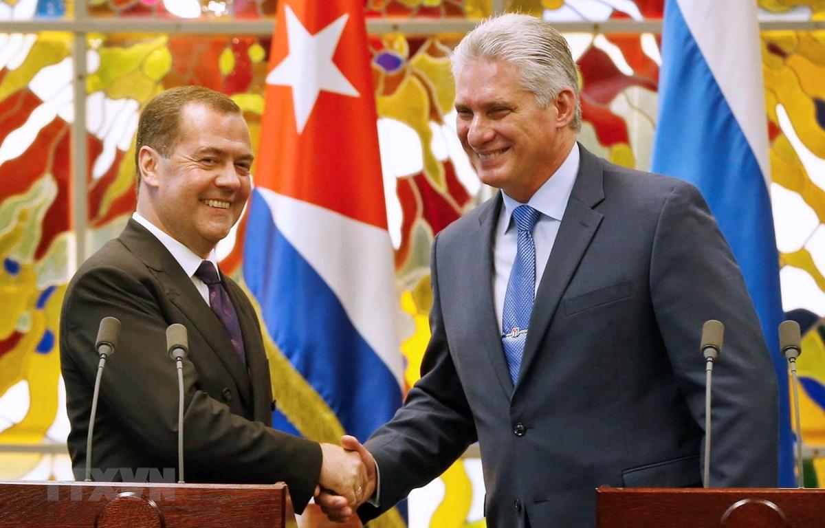 Chủ tịch Hội đồng Nhà nước và Hội đồng Bộ trưởng Cuba Miguel Diaz-Canel (phải) và Thủ tướng Nga Dmitry Medvedev trong cuộc gặp tại La Habana, ngày 3/10 vừa qua. (Ảnh: AFP/TTXVN)
