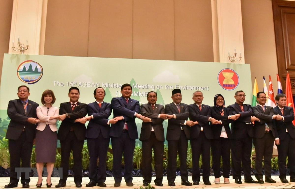 Các Trưởng đoàn kết nối tay đoàn kết cùng chụp ảnh lưu niệm tại hội nghị. (Ảnh: Trần Long-Minh Hưng/TTXVN)