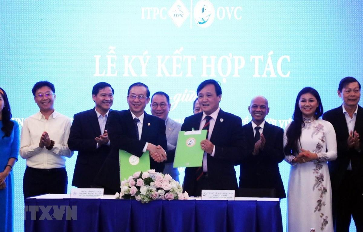Ông Phùng Công Dũng, Chủ nhiệm Ủy ban Người Việt Nam ở nước ngoài Thành phố Hồ Chí Minh và ông Phạm Thiết Hòa, Giám đốc Trung tâm Xúc tiến Thương mại và Đầu tư Thành phố Hồ Chí Minh (ITPC) ký kết hợp tác. (Ảnh: Xuân Khu/TTXVN)