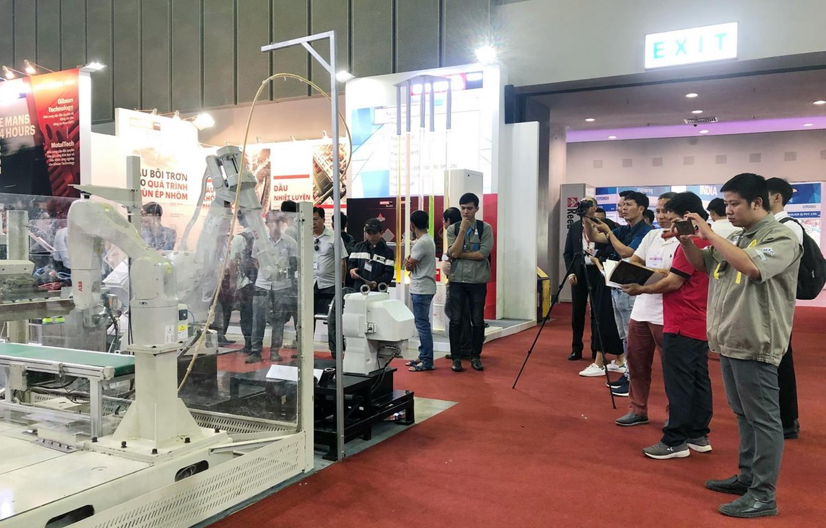 Công nghệ robot tự động hóa được các doanh nghiệp trình diễn tại triển lãm. (Ảnh: Mỹ Phương/TTXVN)