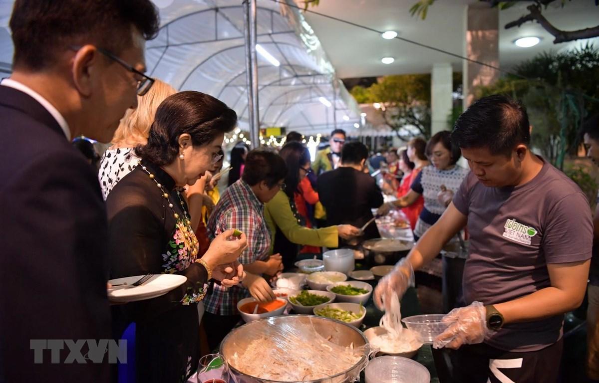Các gian hàng món ăn truyền thống của Việt Nam như phở, bún chả, bún nem, bánh mỳ patê… luôn có đông khách xếp hàng. (Ảnh: Ngọc Quang/TTXVN)