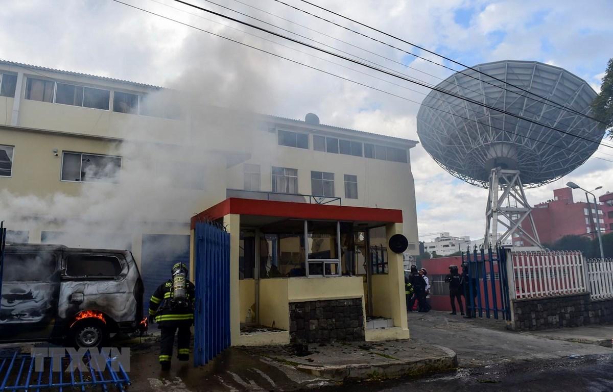 Lính cứu hỏa nỗ lực dập lửa tại trụ sở đài truyền hình Teleamazonas TV ở thủ đô Quito của Ecuador sau vụ tấn công ngày 12/10. (Ảnh: AFP/TTXVN)