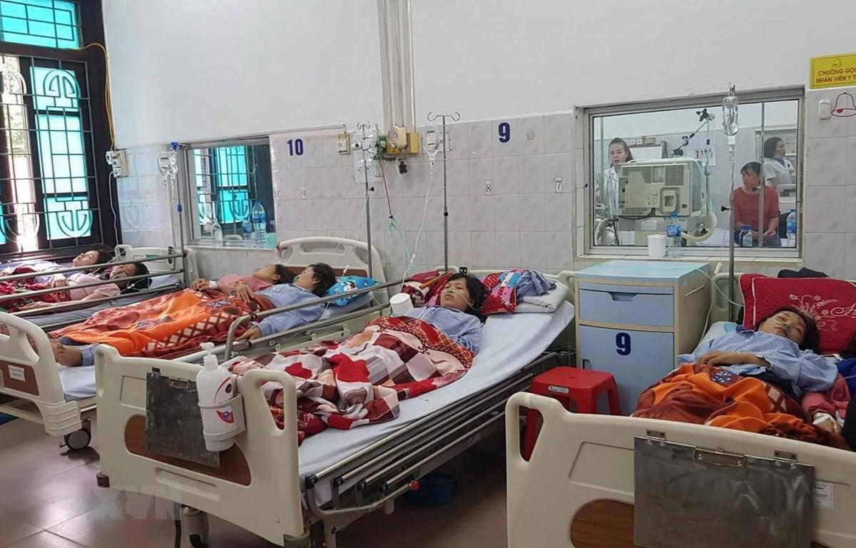 Các nạn nhân được điều trị tại Bệnh viện đa khoa tỉnh Nam Định. (Ảnh: Công Luật/TTXVN)